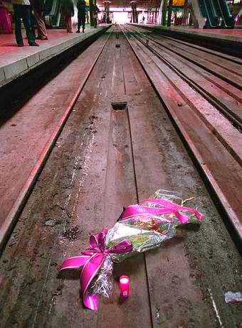 Ramo de flores en las vías de Atocha tras el 11M